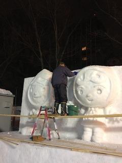 s-雪像作成の様子.jpg